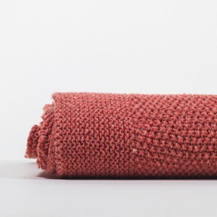 Dat denim zo zacht kan zijn! Van dit gerecyclede garen worden in een ambachtelijke breierij deze zachte, unieke plaids gemaakt. De originele kleuren van de denim stof worden weer gebruikt, waardoor verven of bleken niet nodig is.