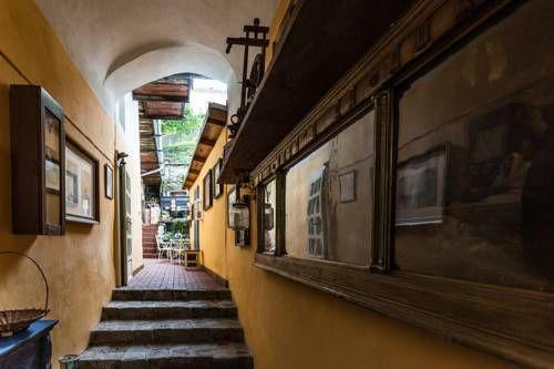 Strieborný dvor Banská Štiavnica Located in Banská Štiavnica, Strieborny dvor is 300 metres from Old Chateau Banska Stiavnica. New Chateau Banska Stiavnica is 100 metres from the property. Free WiFi is provided .  The accommodation has a flat-screen TV.