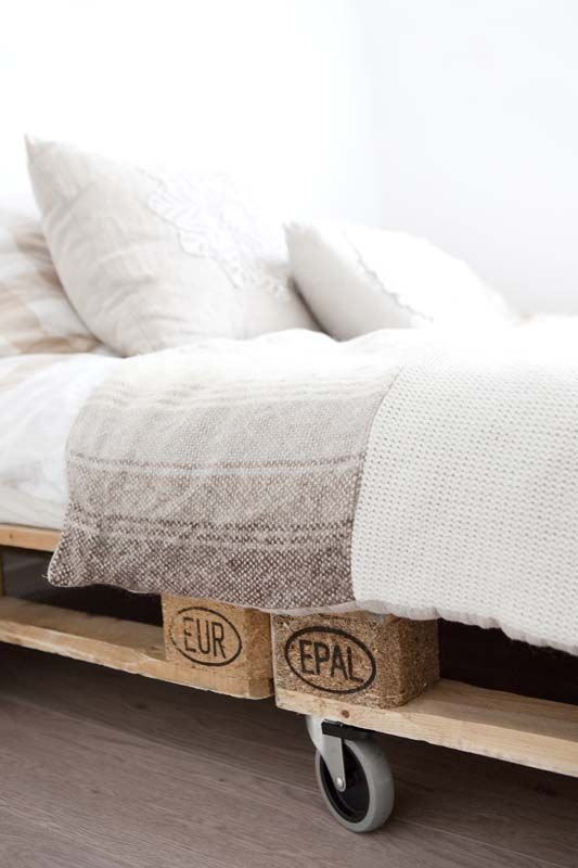 Oude pallets met wielen eronder maken eenvoudig een robuust bed. #binnenkijkers #slaapkamer #bed