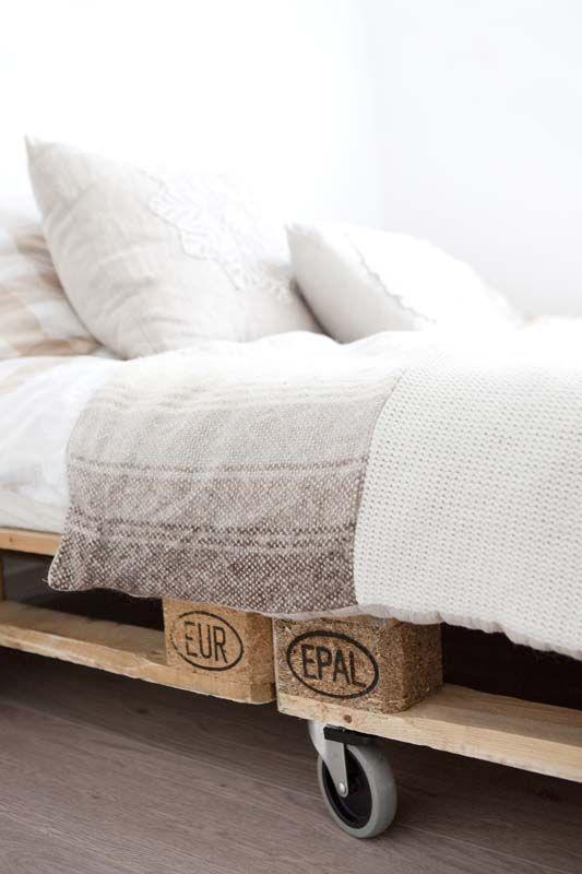 KARWEI   Oude pallets met wielen eronder maken eenvoudig een robuust bed. #karwei #binnenkijkers #slaapkamer #bed