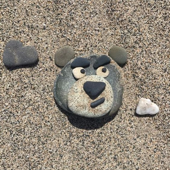 新潟に来たと言う事は…… #りえの石遊び  今年も石で遊んじゃいました  パッと思い付いたロッツォw  何故かロッツォ(笑)←口元の汚れも気に入ってる  最近よくグッズで見るからかなwww    2、3、4枚目は去年 ポテトの時に急に雨が降って来て☔️雨粒付いたやつw  5、6枚目は一昨年のやつです。←きゅうりポテトも今見ればクオリティが低すぎる  去年から一気にクオリティが上がってる    ロッツォも海に置いたまま来たから誰か見てくれてるかなぁ❤️  何と雲☁︎付きw  雲っぽく見えるかなぁ〜    #disney  #toystory   #pixar   #stoneart   #art  #ディズニー  #トイストーリー  #ピクサー  #ロッツォ  #ストーンアート  #石遊び  #りえの石遊び  #lotso  #lotsohugginbear   #ロッツォバグベア  #sea  #砂浜  #海  #海岸
