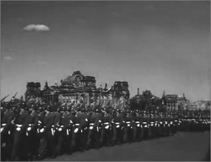 Различные военные подразделения союзнических стран маршируют по улице. Берлин, Германия, 8 мая 1946 года. фото4