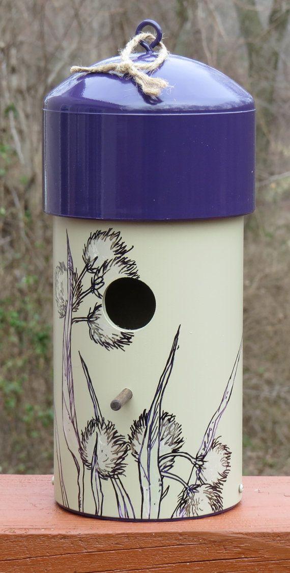 Este comedero para pájaros de pintado a mano única hará un divertido declaración decide colgar en cualquier lugar.  Cada casa para pájaros está ilustrado con una naturaleza inspirada pintura original y se hace por muchos años de uso. La base está pintada fósil con un casquillo púrpura y la parte inferior.  La casa está hecha de tubo de PVC y es esencialmente sin necesidad de mantenimiento con un fácil limpia a fondo por el retiro de dos tornillos. Dos agujeros de tamaño pequeño en la base de…