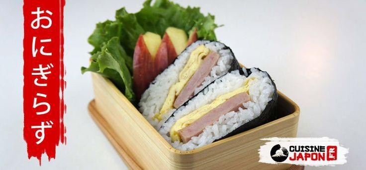 L'onigirazu, qu'est-ce que c'est? L'onigirazu est un «sandwich» dérivé de l'onigiri et du maki.Al'intérieur se trouve beaucoup d'ingrédients comme des légumes, du poulet frit, du poisson, de la viande... entourés de riz japonaiset