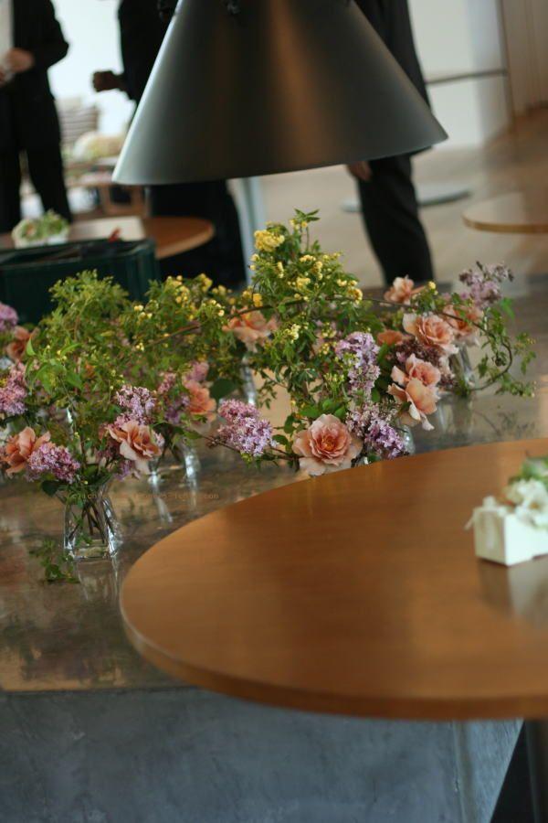 2010年、5月の最初の一日はいいお天気でした。 多摩にあるアスタナガーデン様へお届けした、挙式の花飾り。   バージンロードがわりに飾っ...