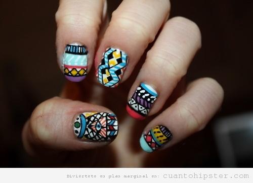 Uñas pintadas con estampado hipster