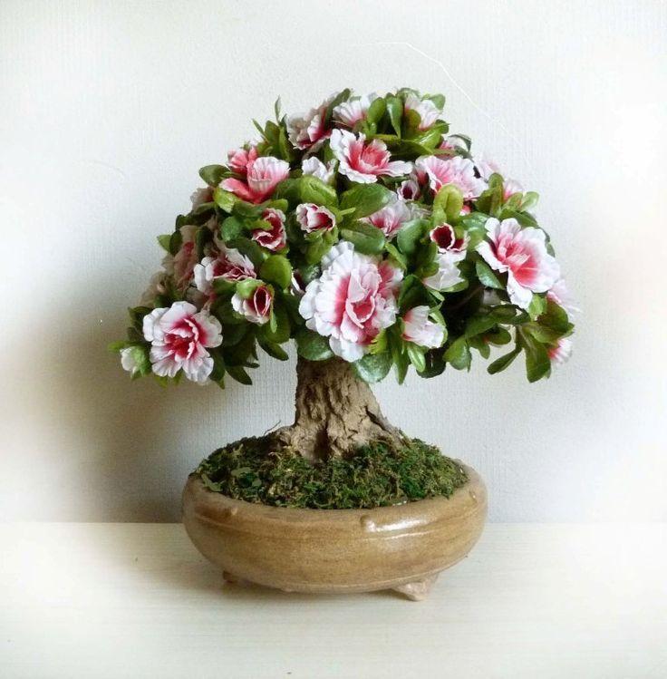 BONSAJ+Azalka+-+krásná+i+když+nepravá++++Stromek+ve+velikosti+cca+27+cm.+Kmen+je+vymodelován+z+tvrzeného+recyklovaného+papíru,+konstrukce+pod+kůrou+stromu+je+ocelová.+Květy+a+listy+azalky+jsou+umělé.+Podobný+stromek+lze+na+objednávku+vyrobit+i+v+barvě+růžové,+bílé+a+rudé.+Obrázky+jinak+barevných+azalek+můžete+vidět+na+druhé+fotografii+s+bonsají.+Každý...