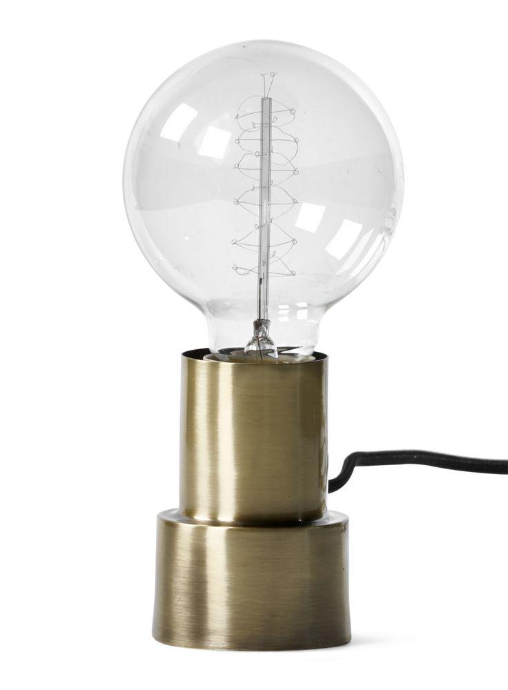 Paul lampa med stickkontakt för vägguttag är lätt att placera på många olika ställen i ditt hem. Häng den i fönstret, kroka upp den på väggen eller placera den på ett bord som en fin detalj. Komplettera med ljuskälla.