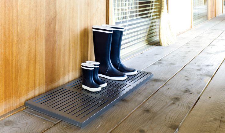 Praktisch und stylish: Die Schuhablage DRIP mit granitfarbener, körniger Oberfläche ist die ideale Lösung für erdverklebte Wanderschuhe, tropfnasse Gummistiefel & Co. Auf dem verzinkten, pulverbeschichteten Blech dieser Ablage stehen die Schuhe luftig, au