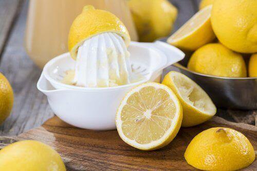 Yüz lekelerini temizlemek ve esneklik için limon ve jelatin maskesi