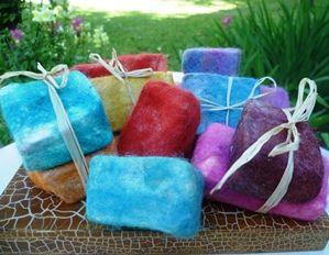 Un producto no tradicional es aplicado en estos jabones, permitiendo un suave masaje en la piel del cuerpo, a través del vellón