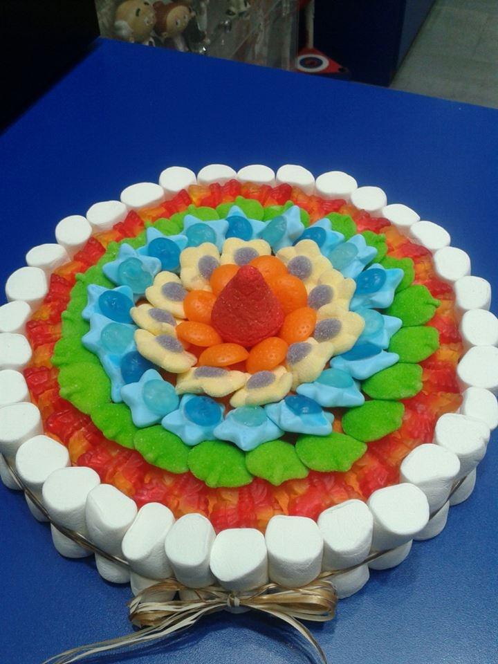 Colorida y primaveral tarta de golosinas de Dulce Diseño Valencia, y encima sin palillos, para que no nos pinchemos ;) Doble mérito.