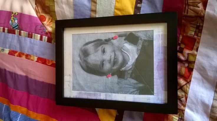Kankaalle tulostettu ja langalla kirjottu kuva