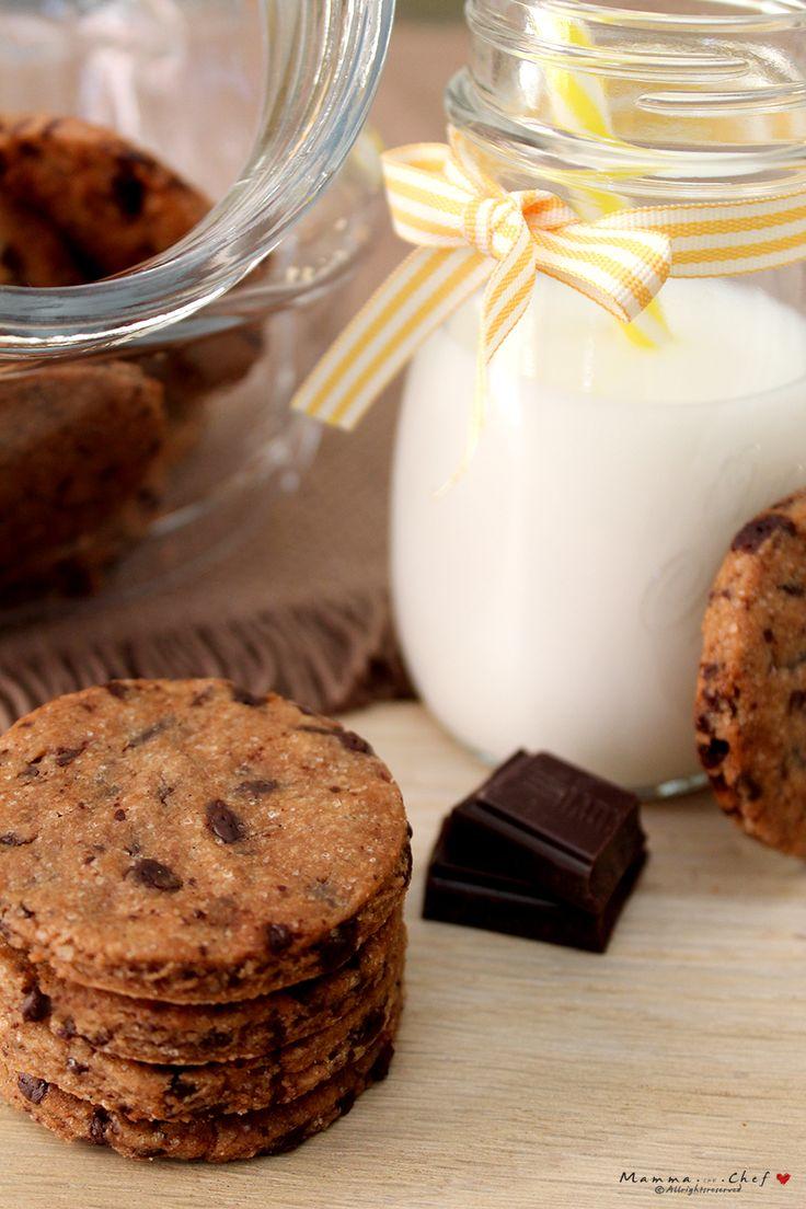 I Cookies sono biscotti tipici della cucina americana, croccanti e con gocce di cioccolato. La mia versione è senza burro, uova, con poco zucchero.