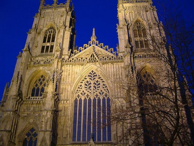 York Minster, England.Йоркский собор (англ. York Minster) — готический собор в английском городе Йорке, который оспаривает у Кёльнского собора звание самого большого средневекового храма на севере Европы. Здесь находится кафедра архиепископа Йоркского — высшего прелата Англиканской церкви после архиепископа Кентерберийского.