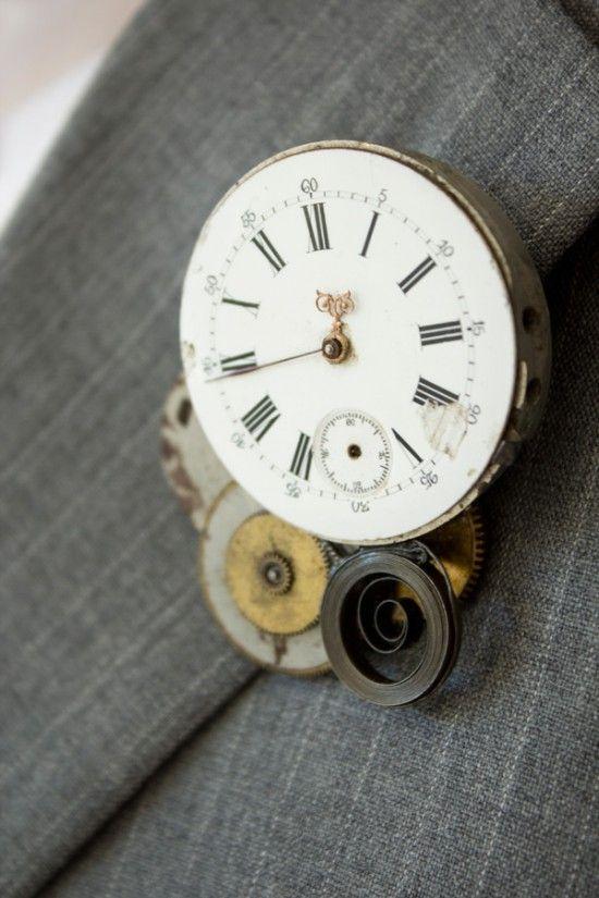 Un abbinamento con bottoniera e gemelli utilizzando un vecchio orologio.
