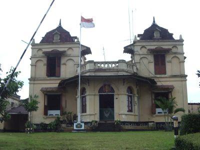 Bangunan yang dipergunakan sebagai salah satu perkantoran Korem Makutarama Salatiga. https://rynari.wordpress.com/2012/03/10/pesona-salatiga-sketsa-kota-lama/