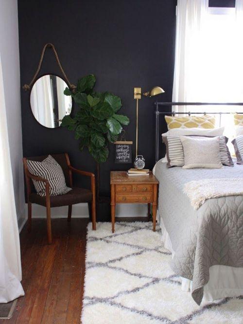 Donkergrijs in combinatie met een witte muur maakt een interieur 'af.' | ELLE