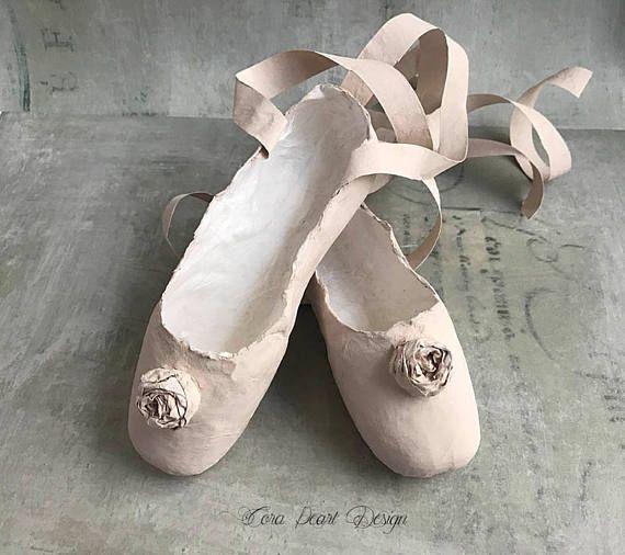 Fait à la main papier Ballet Shoes, chaussure Pointe rose chaussures, décoration, ornement - décor de chambre d'enfants - Art Sculpture de papier