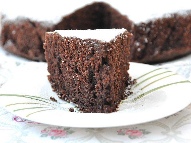 Il nome di questa torta già dice tutto: torta paradiso al cioccolato Bimby. Soffice come la torta paradiso ricetta originale, ha in più il gusto del cacao