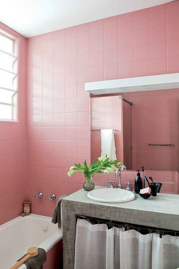 O banheiro tem azulejos pintados com o mesmo rosa da casa da avó da moradora