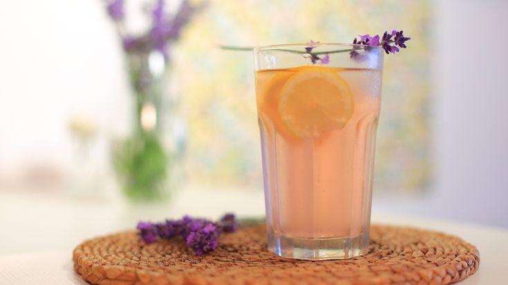 Nyugtat, altat, oldja a stresszt: egészséges frissítő a levendulás limonádé!