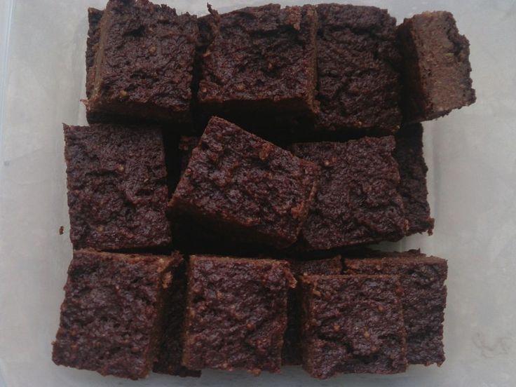 Mocno czekoladowe brownie jaglane  Składniki:  3/4 szklanki suchej kaszy jaglanej 2 szklanki mleka (u mnie sojowe) tabliczka gorzkiej czekolady szklanka daktyli 2 łyżki kakao (odtłuszczonego)