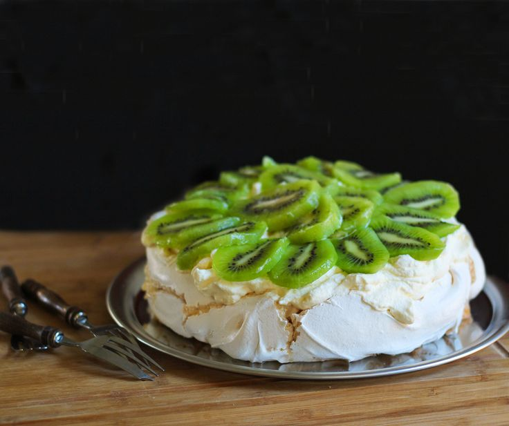 The Kiwi Cook | Classic Pavlova | http://thekiwicook.com