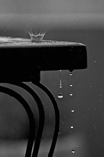 Raindrops on black table. Gotas de lluvia sobre mesa negra by Jose Villamil  Eau - goutte - gouttelette / Water - drop - droplet
