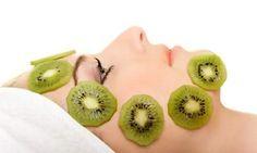 Ανάμεσα στα φρούτα που καταναλώνουμε συχνά, υπάρχουν αρκετά που παρουσιάζουν κοσμητολογικό ενδιαφέρον.    Μπορείτε με αυτά να παρασκευάσετε μάσκες, γαλακτώματα και λοσιόν και να περιποιηθείτε την