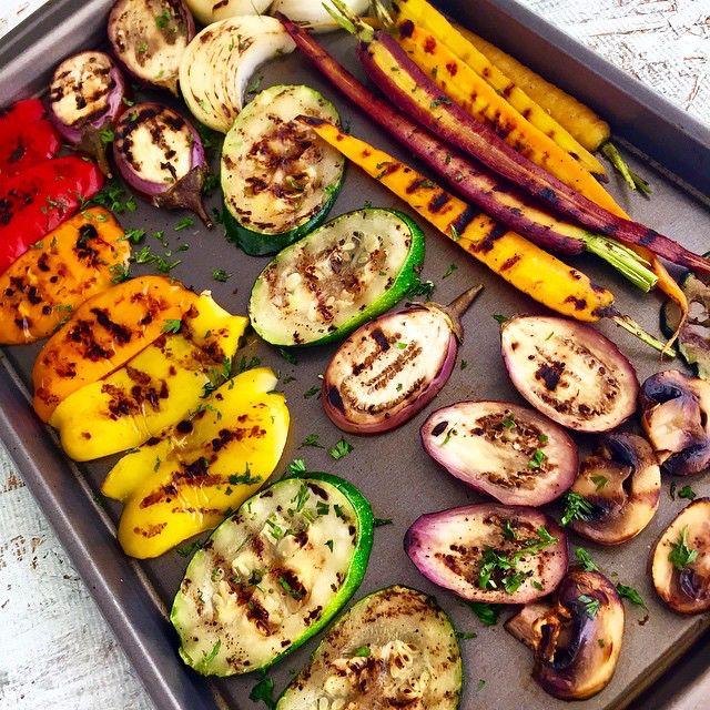 """Preparando unos deliciosos vegetales grillados! Los vegetales son alimentos que contienen pocas calorías, y nos ofrecen buen aporte de carbohidratos, vitaminas, minerales, antioxidantes y agua. Prefiere comerlos crudos, pero BIEN LAVADOS. Cuando los sometemos a cocción, el carbohidrato de los vegetales se hace más """"disponible"""" para ser absorbido con mayor velocidad. Cuando nuestra meta es el control del peso corporal, es vital que logremos, a través de la alimentación, hacer nuestra…"""