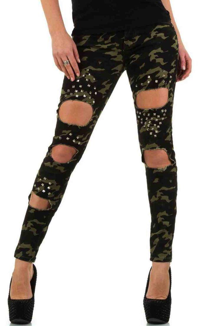 Ce jeans camouflage kaki d'une coupe étroite, il est agrémenté de clous dessus les trous.  Il se ferme par zip et bouton.  Matière : 96 % Coton, 3% Elasthan, 1% Polyester