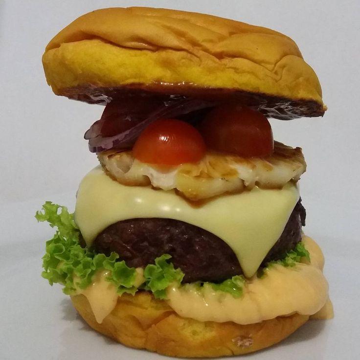 A Nanás... Molho A, Alface, Blend 200g, Mussarela, Abacaxi Grelhado, Tomate Cereja, Cebola Roxa finíssima e Ketchup A no Pão Brioche... #aburgervalqueire #aburgerdelivery #burgergourmet #brazilianburger #whatelse #foodtruckrj #riodejaneiro #delicioso #gostoso #exclusiveburger #brazilfood #aburger21 #pornfood #foodporn