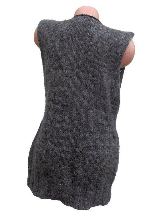 Se trata de una mano, chaleco de mujer sin mangas de punto. Tiene un profundo escote pronunciado y un bolsillo en el lado derecho. El suéter es hecho por mi propio diseño. Consiste en lana e hilo acrílico. Listo para enviar en 3-5 días laborales. Puede encontrar más chalecos y suéteres