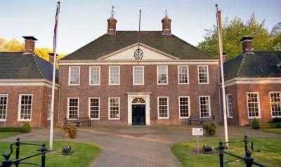 Laarwoud is een havezate in het Drentse Zuidlaren in Nederland. Het gebouw komt uit het begin van de zeventiende eeuw. Toch is het bijna zeker, dat de stichtingsdatum veel vroeger is en misschien wel in de Middeleeuwen moet worden gezocht.