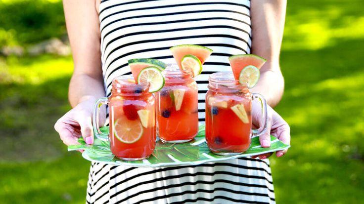 Zeg je sangria, dan proef je de zon, zee, en de Spaanse tapas er meteen bij. Deze zomerse en verfrissende variant van het bekende drankje is zeker de moeite waard en staat garant voor instant summer vibes. En het is nog simpel te maken ook! Die zelfgemaakte ijsthee is heerlijk voor overdag, maar 's avonds zodra het zonnetje (bijna) weg is, wordt het tijd voor 'die andere categorie' zomerdrankjes. Deze watermeloen sangria is niet alleen heel lekker, het drankje ziet er ook nog eens super…