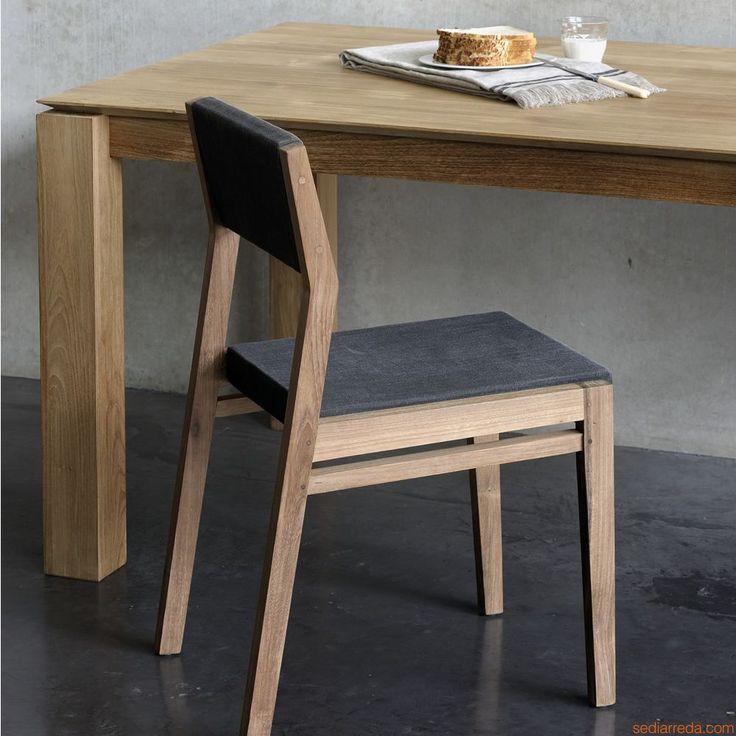 EX1   Silla de teca, asiento y respaldo tapizados en tejido color marrón oscuro café turco
