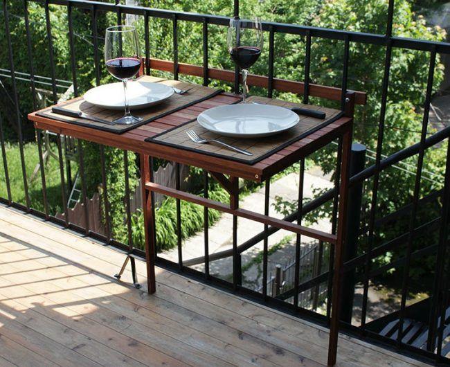 Balkon Ideen klapptisch-holz-streifen-weinglas-teller-messer-gabel