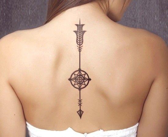 Pfeil nach unten Tattoo mit Kompass an der Wirbelsäule
