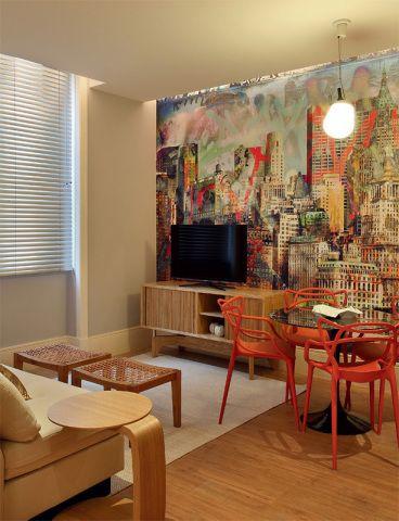 Apartamento dos filhos. A arquiteta Marise Marini criou no espaço de 32 m2 um loft descontraído para um casal de filhos adolescentes. O living apresenta papel de parede tingido com uma paisagem urbana e móveis de design consagrado, como a mesa Tulipa, de Eero Saarinen, e as cadeiras Masters, de Philippe Starck. Compõem ainda o espaço peças de Maria Candida Machado, como o sofá que serve de cama de hóspedes. Na iluminação, pendente Hippo, do francês A+A Cooren Design Studio.