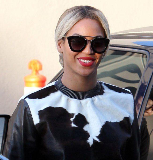 Beyoncé porte des lunettes de soleil Prada