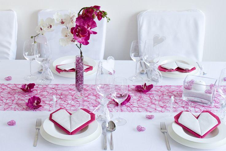 Pinke Servietten in Herzform, pinkes Sizoweb-Tischband und viele niedliche Details sind die Markenzeichen diese Deko - http://www.meine-hochzeitsdeko.de/tischdeko-hochzeit-pinkes-herz-c39443656