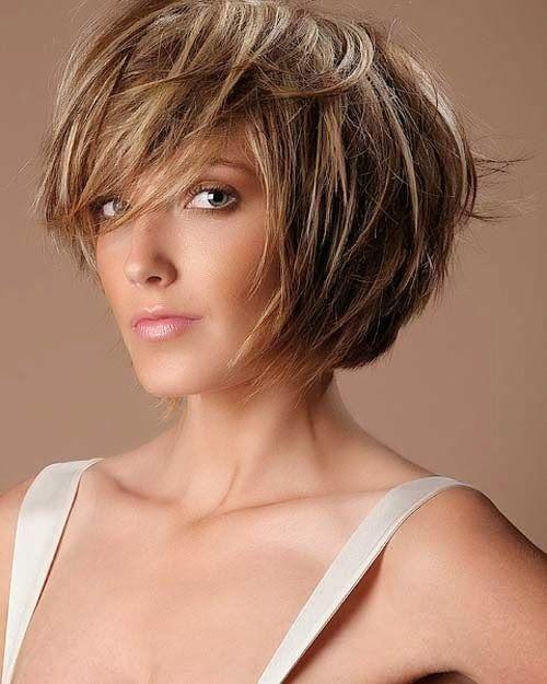 Si la forma de cara es de corazón, corta tu cabello con capas al frente para enmarcar tu cara y evita la raya al medio.