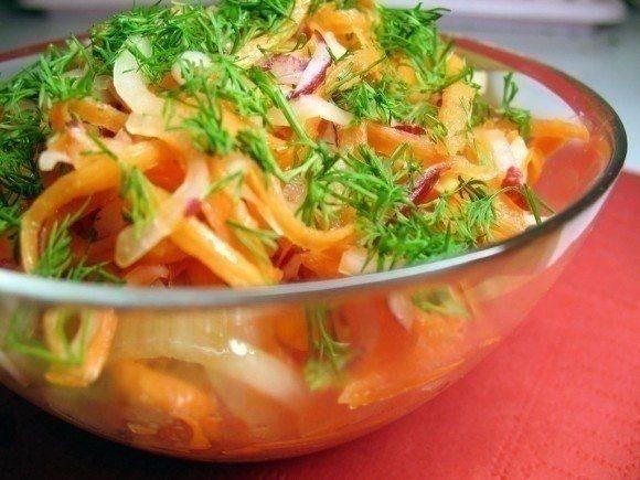 Салат для похудения  Ингредиенты: - морковка свежая -2 штуки - свежее сочное яблоко - 1 шт. - сладкий перец - 2 штуки - пучок укропа - низкокалорийный йогурт либо другая диетическая заправка (жирность не более 3%)