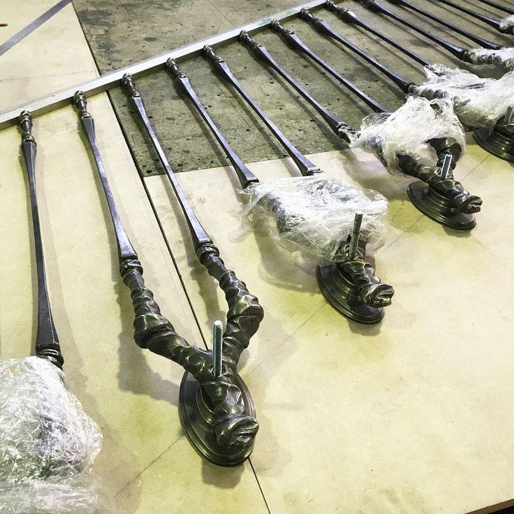 Все детали лестничного ограждения почти собранны. Осталось подогнать поручень под каждую вертикаль нарезать резьбу и сделать контрольную сборку. И на монтаж _______________________________________ #artmetallab #workshop #staircase #brass #forge #fitting #screws #design #interiordesign #custom #craft #moscow