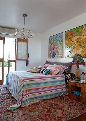 O quarto de Adriana Barra tem o lustre Birdie's Nest,   de Ingo Maurer, e telas pintadas pelas artistas   Verena Matzen e Isabelle Tuchband. Na cama, colcha e   capas de travesseiro, da Missoni Home. Sobre o tronco   utilizado como mesa de cabeceira, abajur trazido do Havaí –   a peça é uma das paixões da estilista