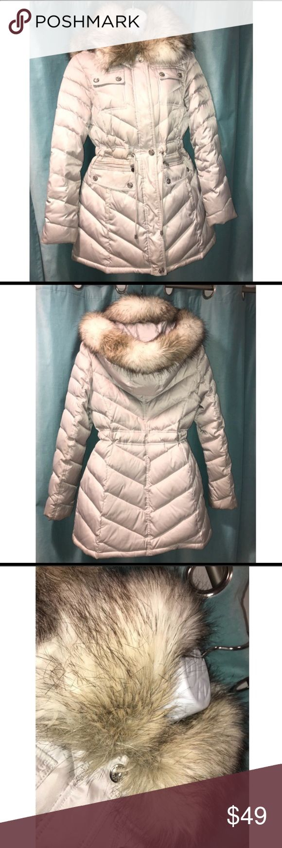 SILVER GREY MID- LENGTH PUFFER COAT FUR COLLAR. BEAUTIFUL MID LENGTH SILVER GREY PUFFER COAT WITH REMOVABLE FAUX FUR HOOD. MADE BY LAUNDRY by SHEILA SEGAL. VERY GENTLY WARN. Laundry By Shelli Segal Jackets & Coats Puffers