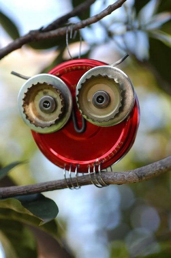 Owl craft made from buttons, bottle caps, washers, a jar lid and a little wire, DIY Ideas with Bottle Tops, http://hative.com/diy-ideas-with-bottle-tops/,
