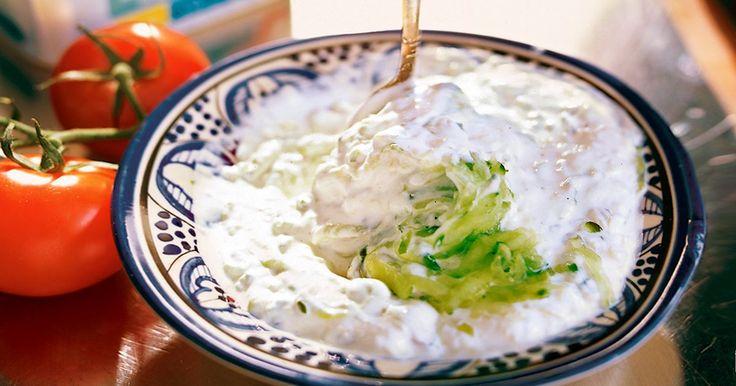 Tzatziki är en favorit från det grekiska köket. Lika gott till köttet och salladen som att dippa grönsaker och ett gott bröd i.
