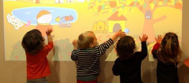Un mur interactif à la crèche    Ce mur numérique interactif est utilisé dans une crèche parisienne, avec des graphismes semblables à celui des imagiers pour bébés.
